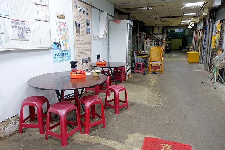 台北・大安「范姜川味牛肉麵」の市場内テーブル