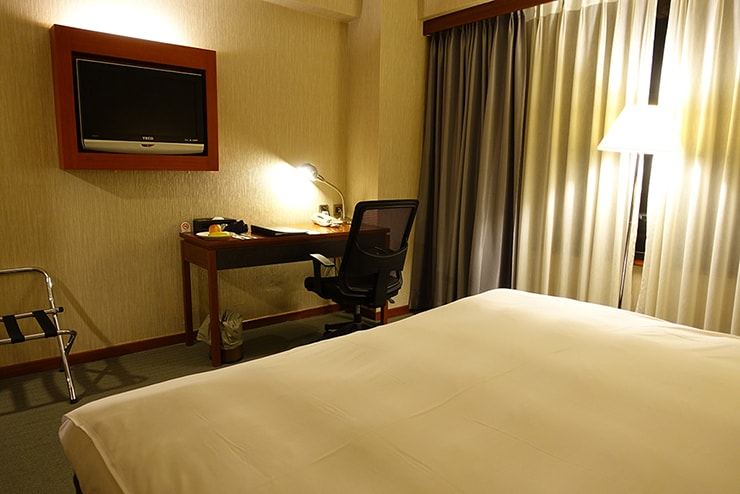 新竹の豪華ビジネスホテル「新竹福泰商務飯店 Forte Hotel Hsinchu」ダブルルームのテーブル