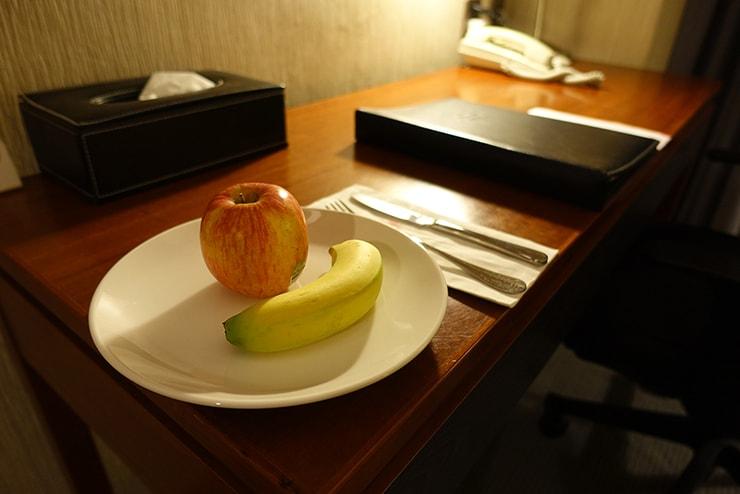 新竹の豪華ビジネスホテル「新竹福泰商務飯店 Forte Hotel Hsinchu」ダブルルームのサービスフルーツ