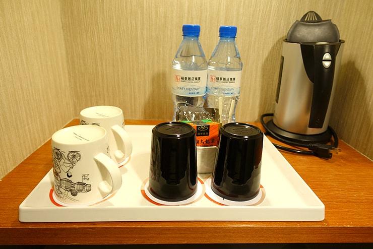 新竹の豪華ビジネスホテル「新竹福泰商務飯店 Forte Hotel Hsinchu」ダブルルームのサービスミネラルウォーター