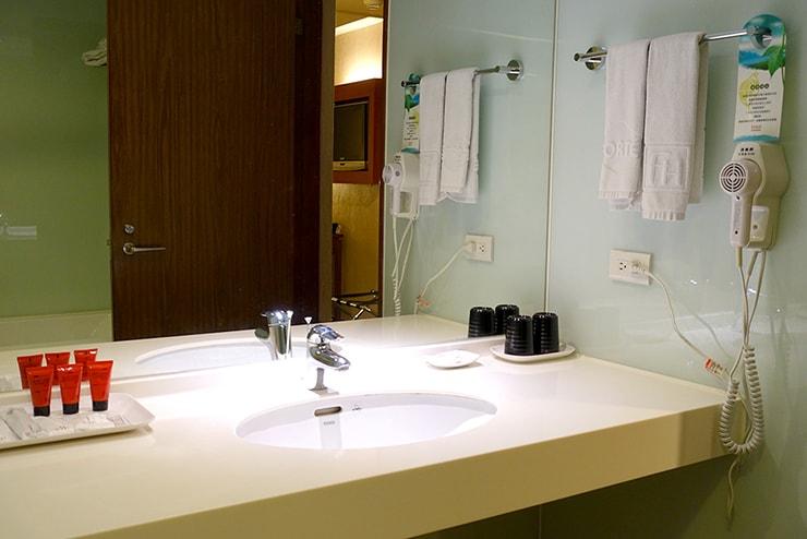 新竹の豪華ビジネスホテル「新竹福泰商務飯店 Forte Hotel Hsinchu」ダブルルームのバスルームシンク