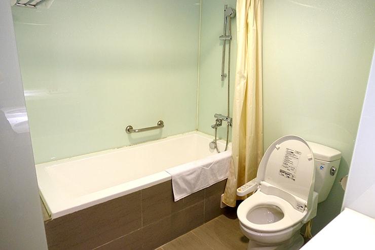 新竹の豪華ビジネスホテル「新竹福泰商務飯店 Forte Hotel Hsinchu」ダブルルームのバスルーム