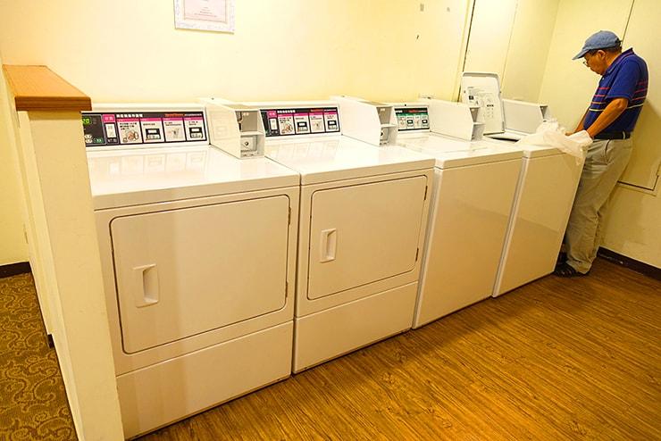 新竹の豪華ビジネスホテル「新竹福泰商務飯店 Forte Hotel Hsinchu」ランドリールームに並ぶ洗濯乾燥機
