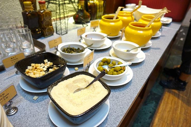 新竹の豪華ビジネスホテル「新竹福泰商務飯店 Forte Hotel Hsinchu」の朝食バイキング(サラダトッピング)