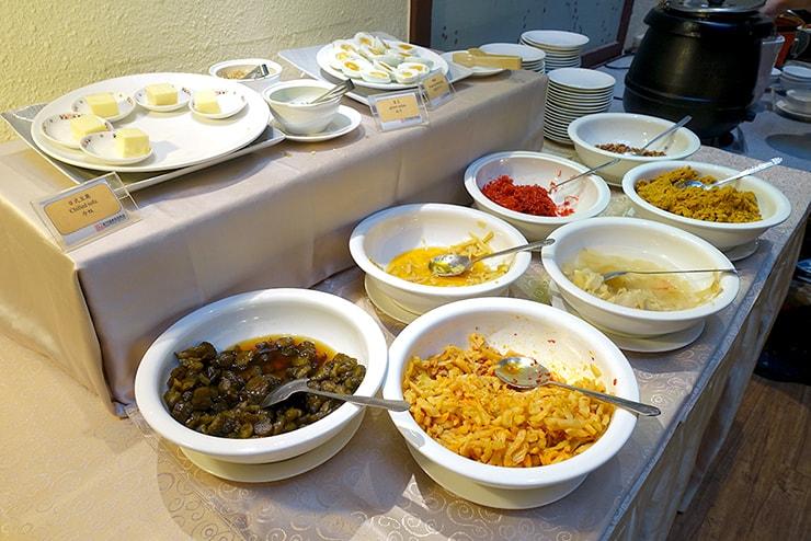 新竹の豪華ビジネスホテル「新竹福泰商務飯店 Forte Hotel Hsinchu」の朝食バイキング(おかゆ)