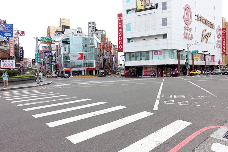 台鐵(台湾鉄道)新竹駅前の交差点