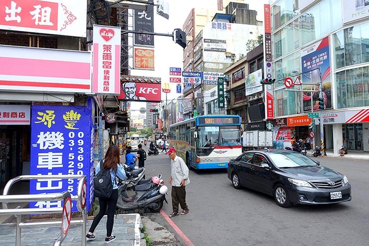 台鐵(台湾鉄道)新竹駅前の中正路