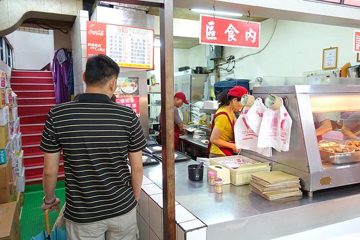 台北・大安「百品烤肉」の受け取りカウンター
