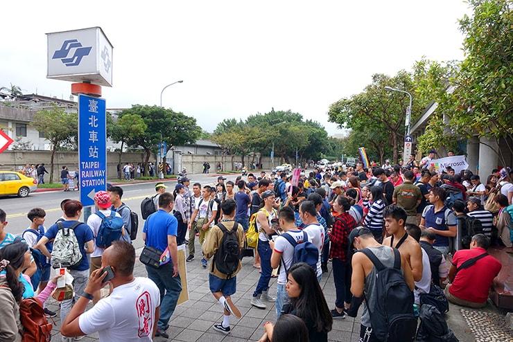 台灣同志遊行(台湾LGBTプライド)2016当日の台北MRT(地下鉄)台大醫院駅前