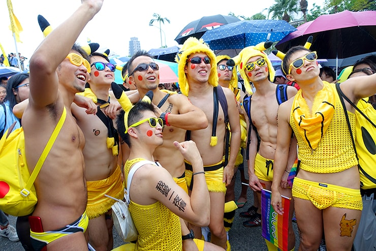 台灣同志遊行(台湾LGBTプライド)2016で記念撮影するピカチュウお兄さんたち