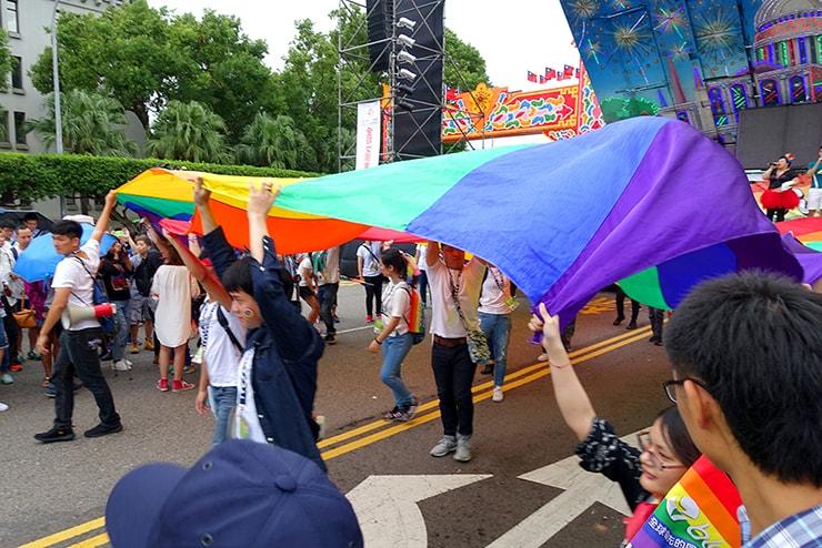 台灣同志遊行(台湾LGBTプライド)2016でパレードを先導する巨大レインボーフラッグ
