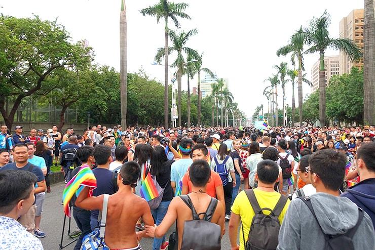 台灣同志遊行(台湾LGBTプライド)2016のパレード参加者で埋まる中山南路