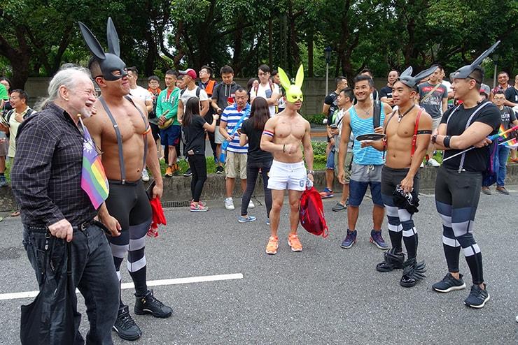 台灣同志遊行(台湾LGBTプライド)2016のパレードで記念撮影するマッチョなお兄さんたち