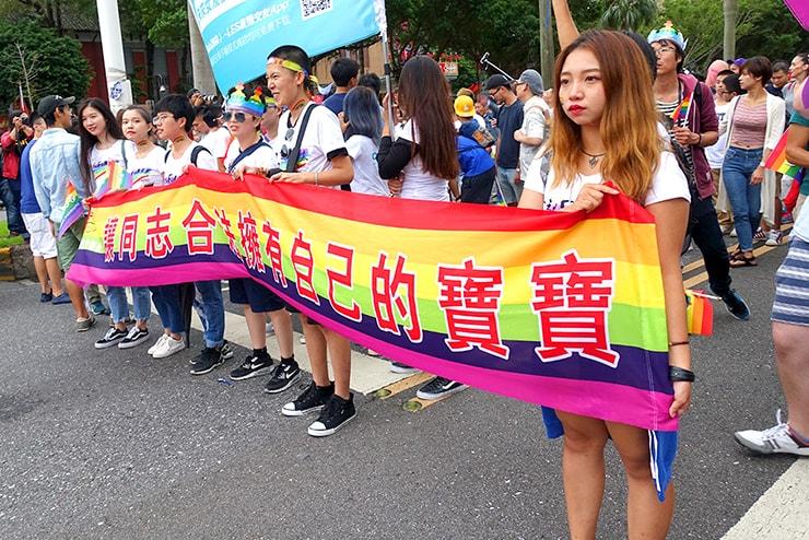 台灣同志遊行(台湾LGBTプライド)2016のパレードで掲げられるメッセージ「讓同志合法擁有自己的寶寶」
