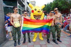 台灣同志遊行(台湾LGBTプライド)2016のパレードに参加する迷彩パンツのお兄さんたちとピカチュウ