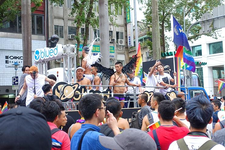 台灣同志遊行(台湾LGBTプライド)2016を走るゲイ向けアプリ「blued」のパレードカー