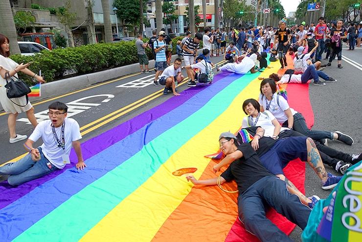 台灣同志遊行(台湾LGBTプライド)2016で巨大レインボーフラッグと記念撮影する参加者たち
