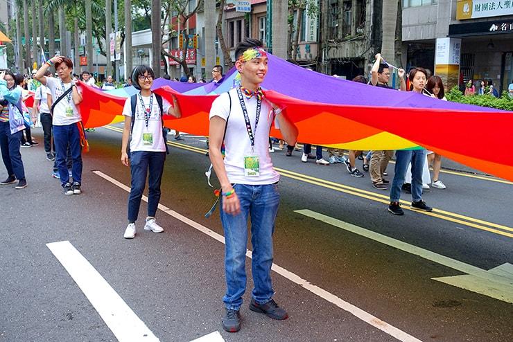 台灣同志遊行(台湾LGBTプライド)2016で巨大レインボーフラッグを担ぐ先頭集団