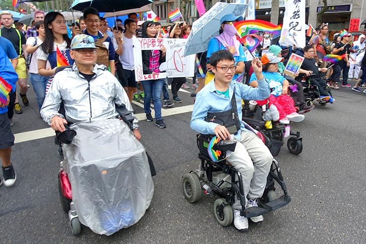 台灣同志遊行(台湾LGBTプライド)2016に参加する車椅子に乗った男子