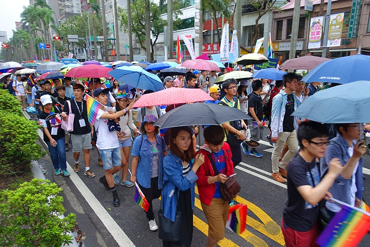 台灣同志遊行(台湾LGBTプライド)2016で傘をさしてパレードする参加者たち