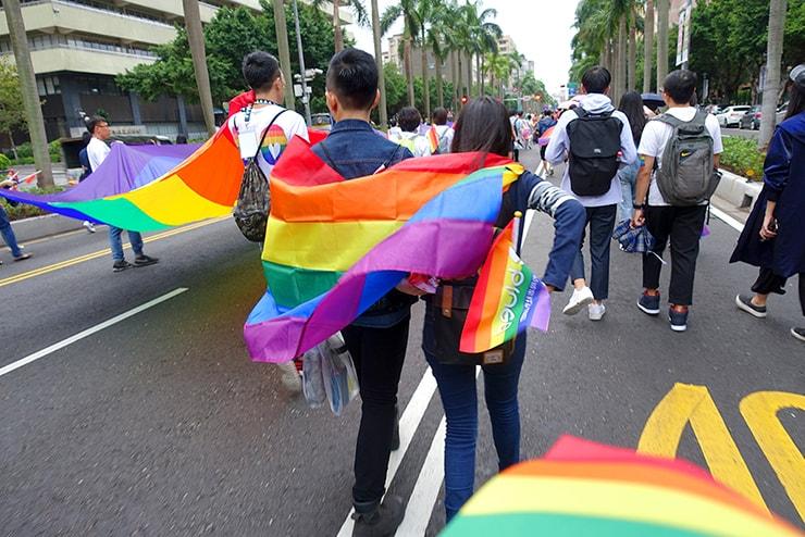 台灣同志遊行(台湾LGBTプライド)2016でレインボーフラッグを纏うカップル