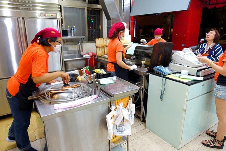 台湾の餃子チェーン店「八方雲集」のカウンター