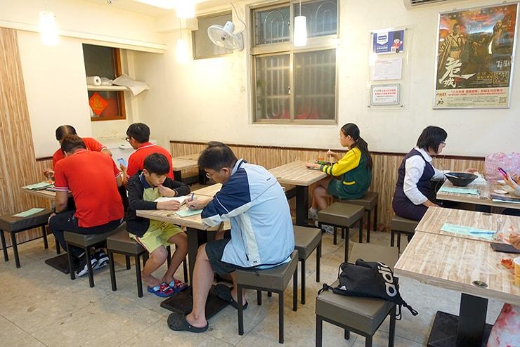 台湾の餃子チェーン店「八方雲集」の店内