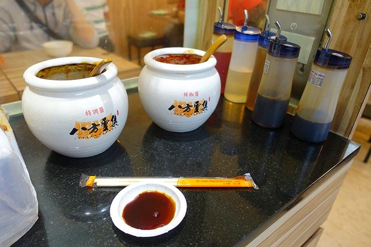 台湾の餃子チェーン店「八方雲集」の調味料エリア