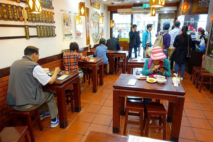 台北の魯肉飯チェーン店「鬍鬚張」の店内