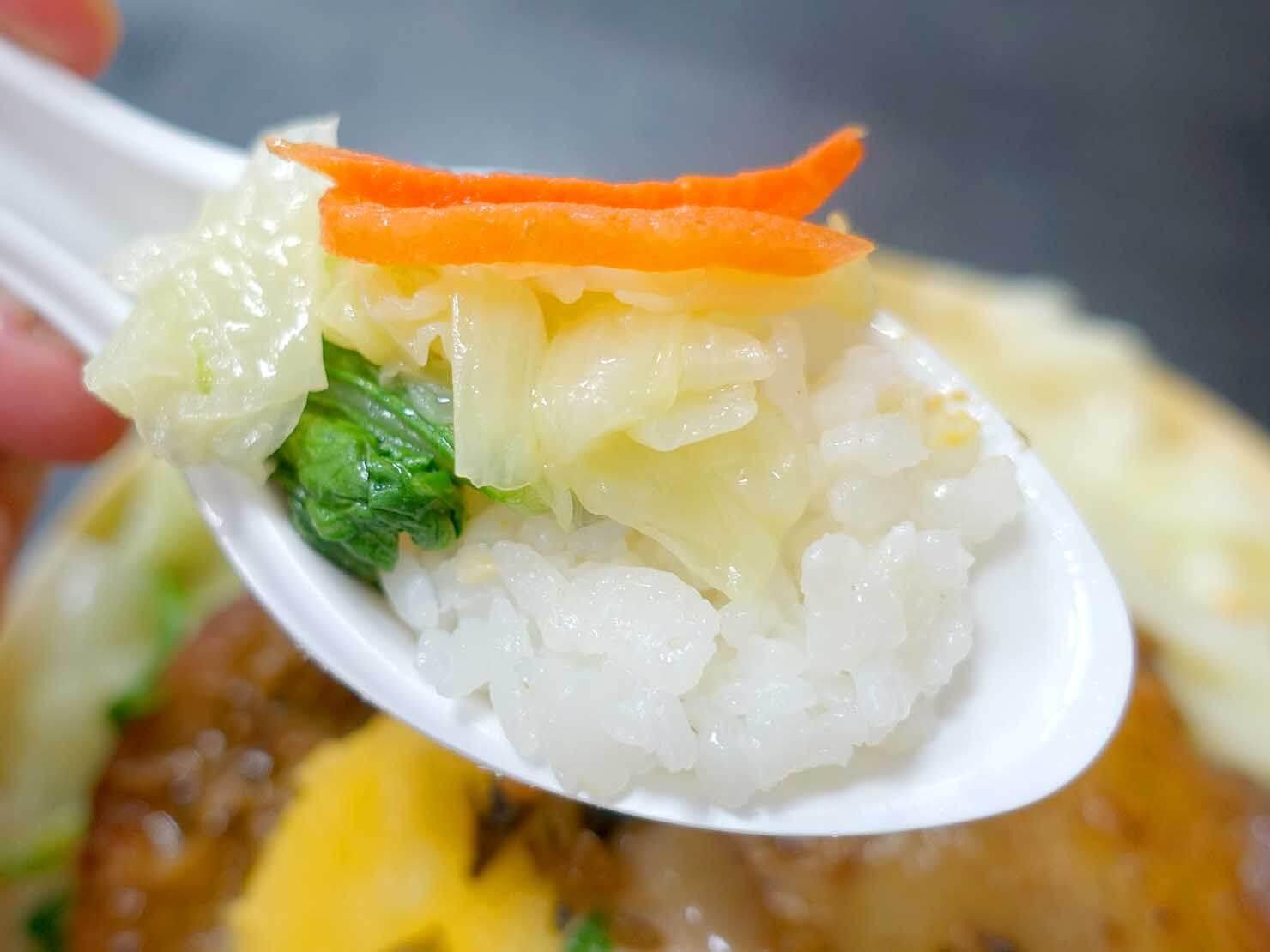 台湾のお弁当チェーン店「悟饕池上飯包」の山賊烤雞腿便當クローズアップ