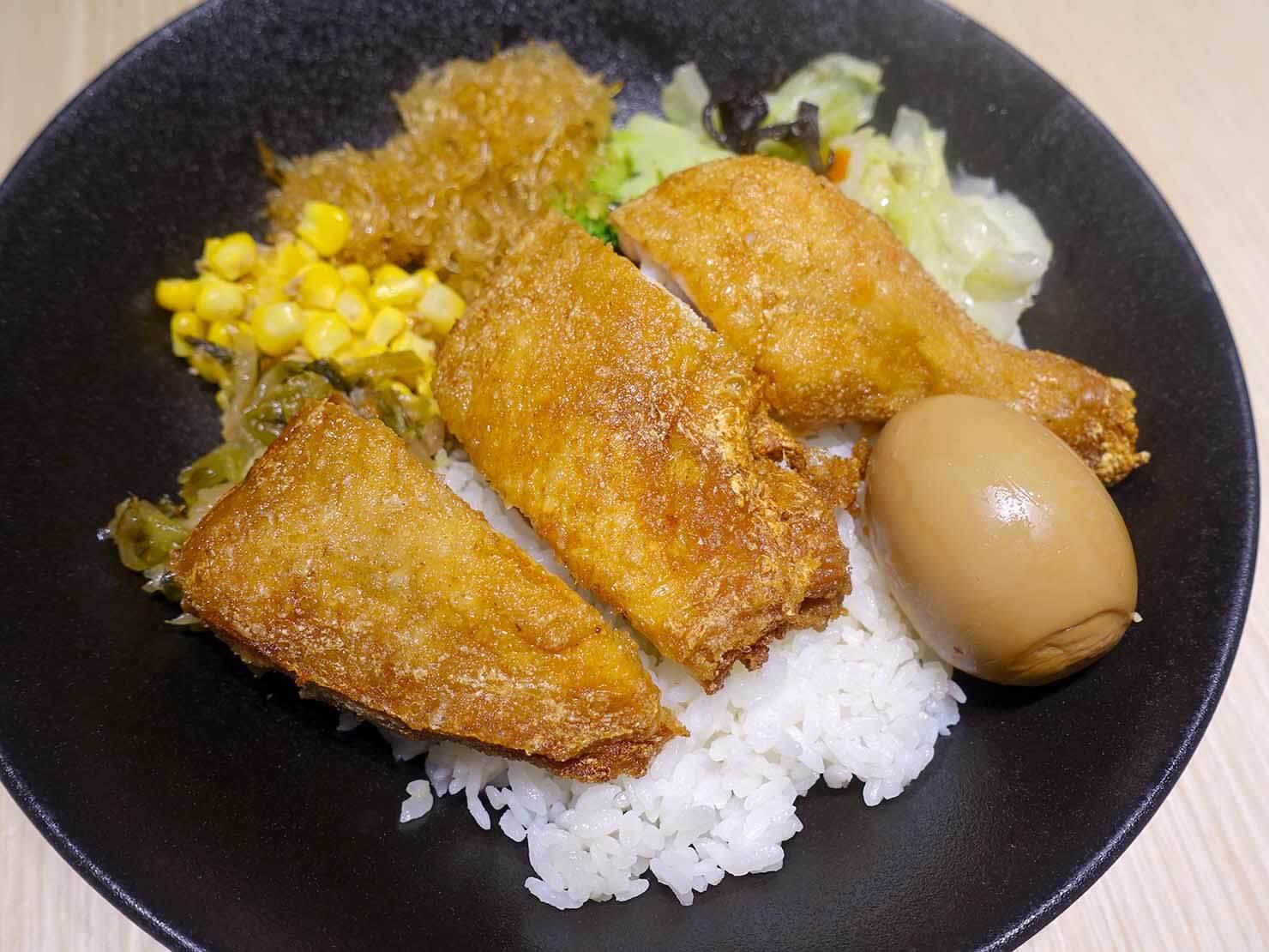 台湾のグルメチェーン店「梁社漢排骨」の炸雞腿飯
