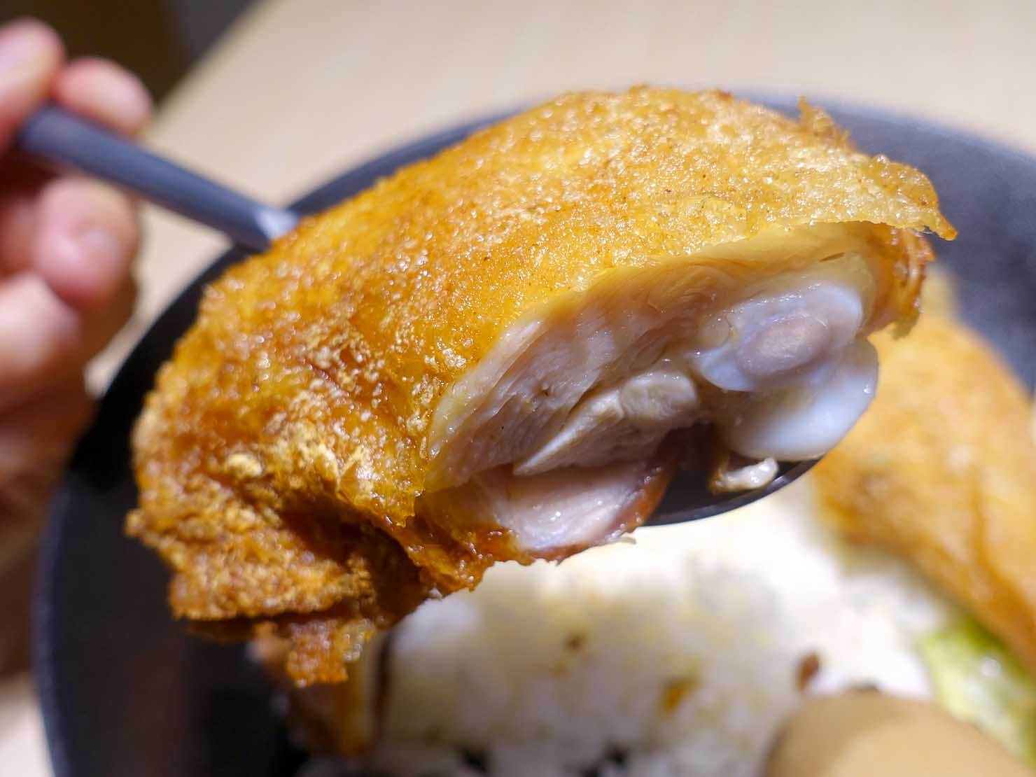 台湾のグルメチェーン店「梁社漢排骨」炸雞腿飯のチキン