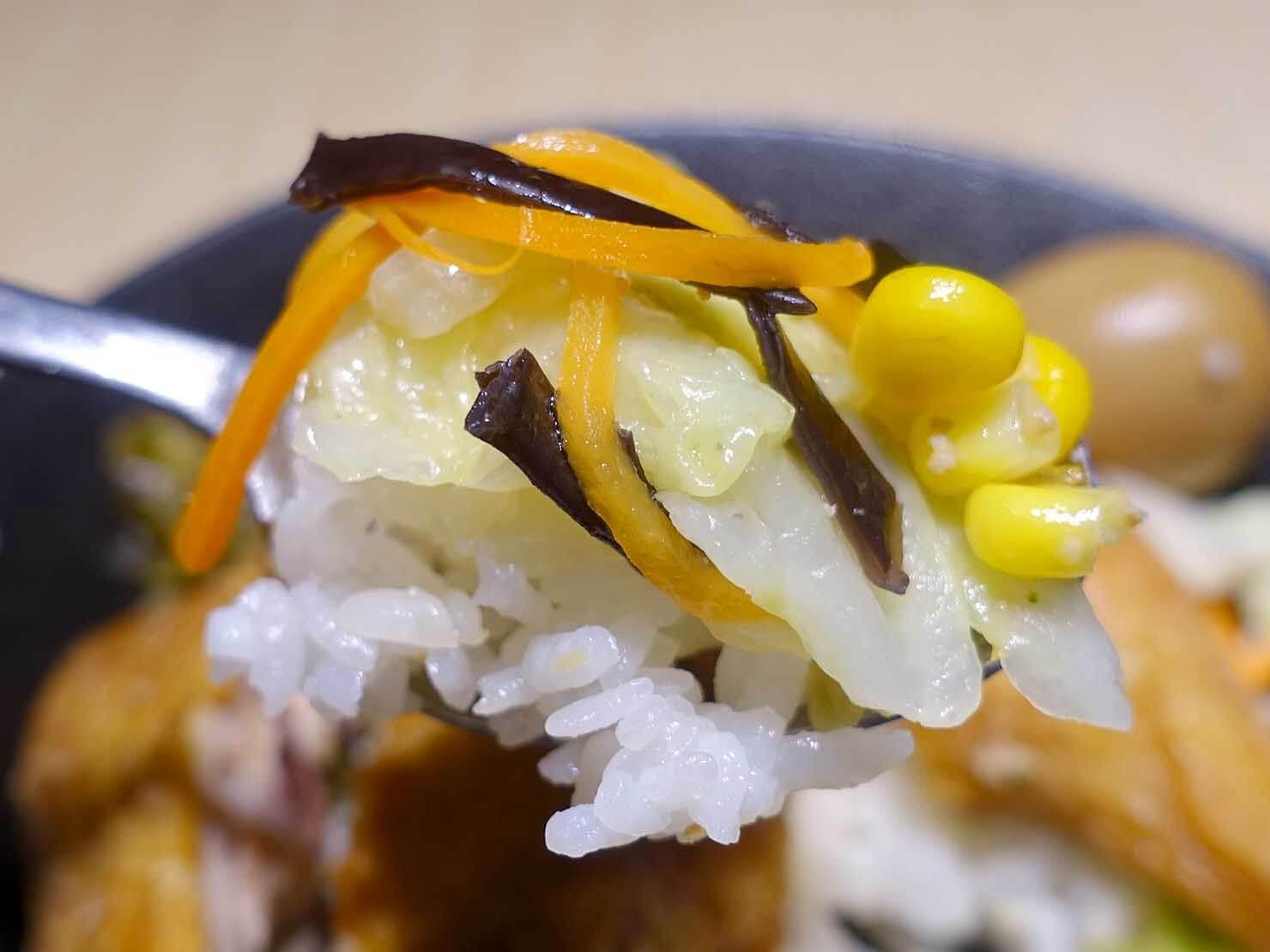 台湾のグルメチェーン店「梁社漢排骨」炸雞腿飯の付け合わせ