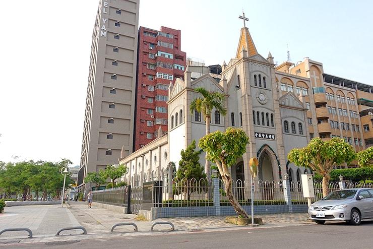 高雄・鹽埕埔の海が見えるロケーション最高のLGBTフレンドリーホテル「塩旅社 Hotel Yam」横の教会