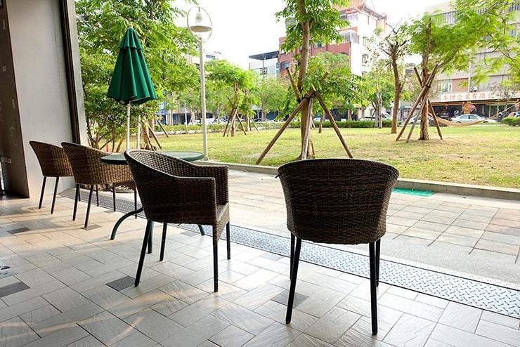 高雄・鹽埕埔の海が見えるロケーション最高のLGBTフレンドリーホテル「塩旅社 Hotel Yam」のロビーに並ぶ椅子