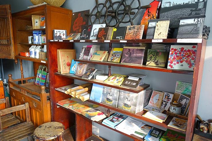 高雄・鹽埕埔の海が見えるロケーション最高のLGBTフレンドリーホテル「塩旅社 Hotel Yam」のロビーに並ぶCD&DVD