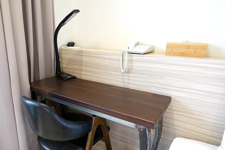 高雄・鹽埕埔の海が見えるロケーション最高のLGBTフレンドリーホテル「塩旅社 Hotel Yam」街景環保雙人房(シティビューダブルルーム)のテーブル
