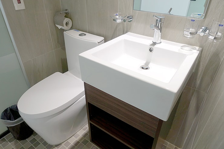 高雄・鹽埕埔の海が見えるロケーション最高のLGBTフレンドリーホテル「塩旅社 Hotel Yam」街景環保雙人房(シティビューダブルルーム)浴室内のトイレ