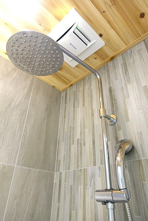 高雄・鹽埕埔の海が見えるロケーション最高のLGBTフレンドリーホテル「塩旅社 Hotel Yam」街景環保雙人房(シティビューダブルルーム)浴室のシャワー
