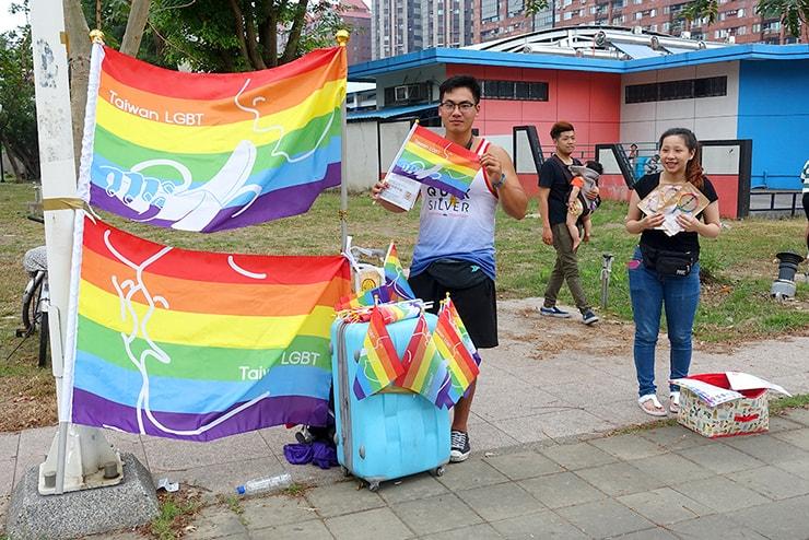 高雄同志大遊行(高雄レインボープライド)2016の会場前でレインボーアイテムを配る台湾男子