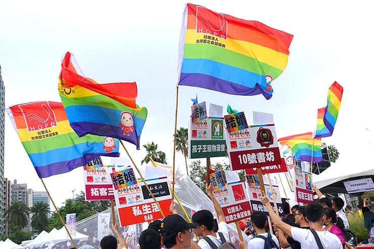 高雄同志大遊行(高雄レインボープライド)2016の会場にはためくレインボーフラッグ