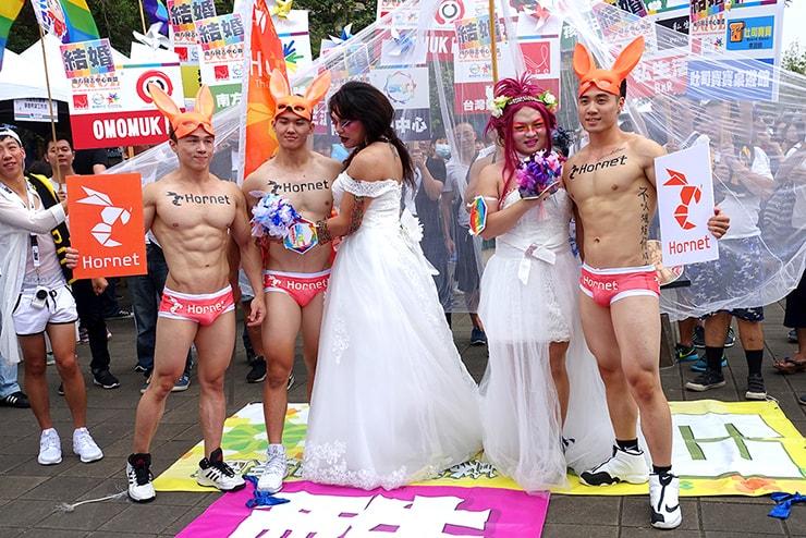 高雄同志大遊行(高雄レインボープライド)2016の会場で同性婚合法化を求めるパフォーマンス