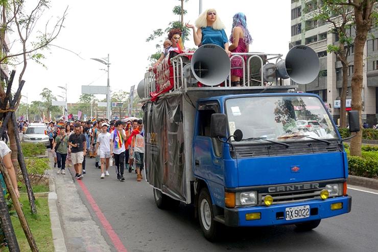 高雄同志大遊行(高雄レインボープライド)2016のパレードを先導するパレードカー