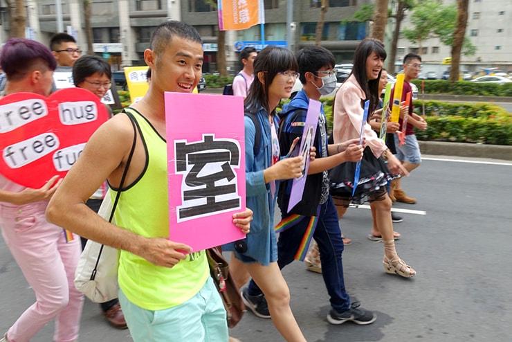 高雄同志大遊行(高雄レインボープライド)2016でプラカードを持ってパレードを歩くグループ