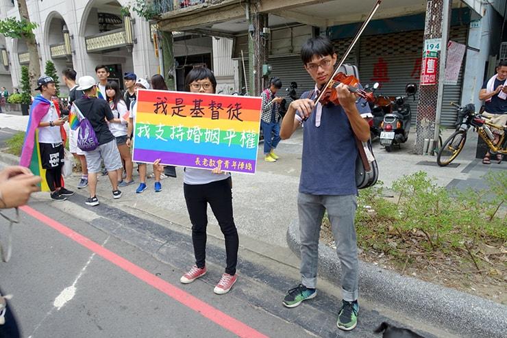 高雄同志大遊行(高雄レインボープライド)2016のパレードでバイオリンの演奏をするクリスチャンの参加者