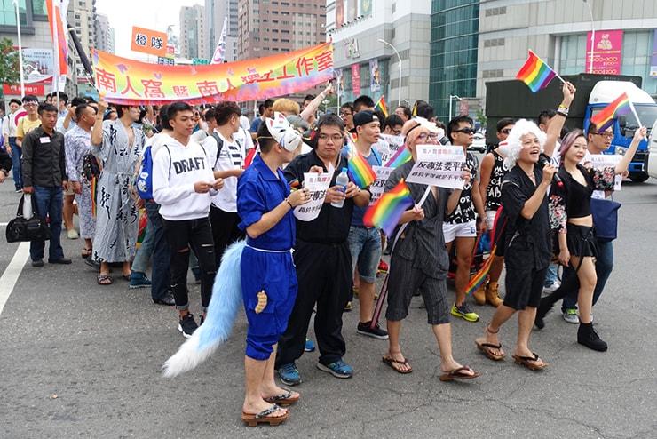 高雄同志大遊行(高雄レインボープライド)2016のパレードを賑やかに歩く一団