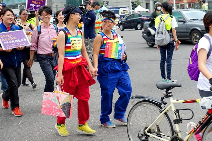 高雄同志大遊行(高雄レインボープライド)2016のパレードで手をつないで歩くカップル