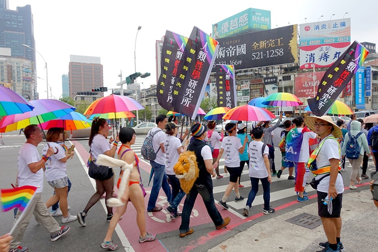 高雄同志大遊行(高雄レインボープライド)2016でレインボーパラソルを開いて歩くグループ