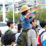 高雄同志大遊行(高雄レインボープライド)2016のパレードでレインボーフラッグを持って歩く親子