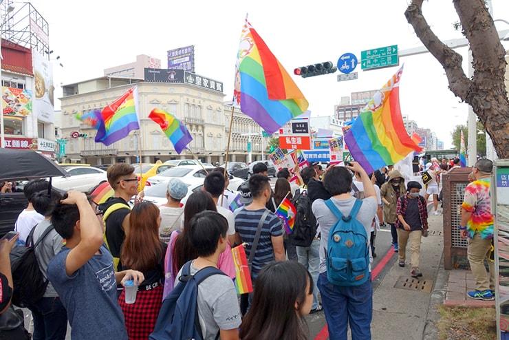 高雄同志大遊行(高雄レインボープライド)2016のパレードでレインボーフラッグを掲げて歩くグループ